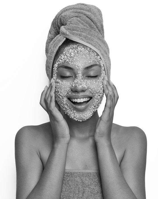 gorgeous-smiling-woman-with-salt-facial